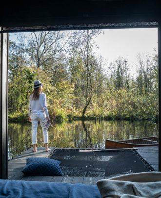 Dame au bord de l'étang